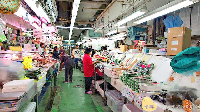 【美食】沖繩自由行。那霸《第一牧志公設市場》超便宜平價新鮮海產海鮮生魚片