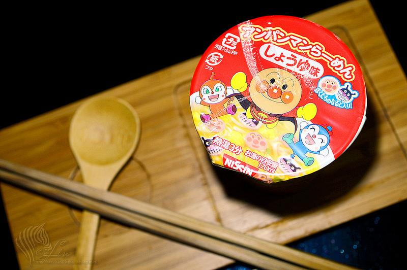 【美食開箱】日本 日清食品 Nissin《麵包超人 醬油風味杯麵》小巧可愛的泡麵 x 卡通造型魚板