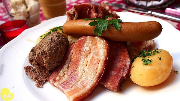 【美食】法國自由行。史特拉斯堡《Au Tire-Bouchon》德法料理豬肉拼盤